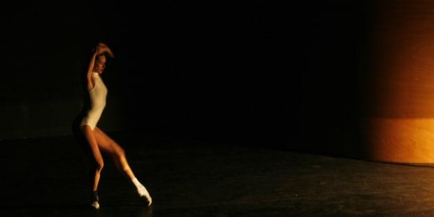 """Le directeur du ballet de Lyon condamné pour discrimination envers une danseuse devenue mère (Performance d'une danseuse de l'opéra de Lyon pendant la répétition de """"Limbs Theorem"""", par le chorégraphe américain William Forsythe, à Madrid, le 19 avril 2007)"""