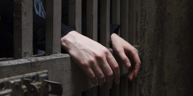 A trans Adriana sofreu ameaças de homens na prisão.