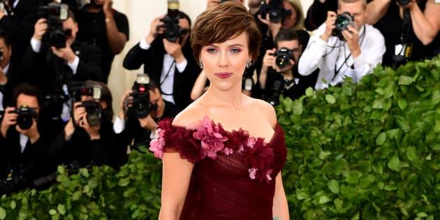 Scarlett Johansson répond à ceux qui l'accusent de soutenir Harvey Weinstein avec cette robe