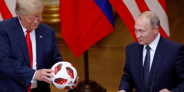 El presidente Donald Trump recibe un balón del mandatario ruso, Vladimir Putin durante la conferencia conjunta que realizaron tras su encuentro en Helsinki.