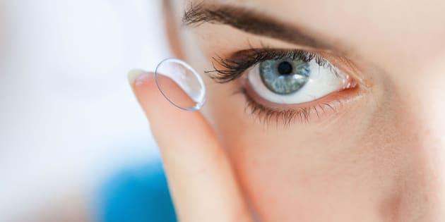 27 lenti a contatto nell'occhio senza saperlo: 67enne operata d'urgenza in Inghilterra
