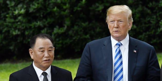 """Donald Trump a bien reçu la lettre """"très gentille"""" et """"intéressante"""" de Kim Jong-un... qu'il n'a pas ouverte"""