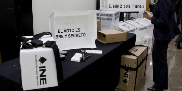 El Instituto Nacional Electoral (INE) presentó a finales de diciembre las boletas, canceles electorales portátiles, urnas, cajas de paquetes electorales, mamparas especiales, bases porta urnas, cajas contenedoras de materiales electorales y materiales para el voto de la ciudadanía mexicana residente en el extranjero, que se utilizarán en el Proceso Electoral Federal 2017-2018.