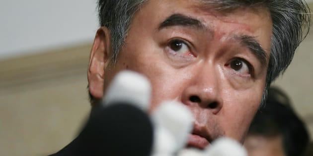 辞任を表明し、記者の質問を聞く福田淳一財務事務次官=18日午後、財務省 撮影日:2018年04月18日