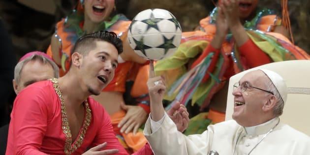 Le pontife de 82 ans n'a pas hésité à impressionner son public lors de la venue du cirque de Cuba.