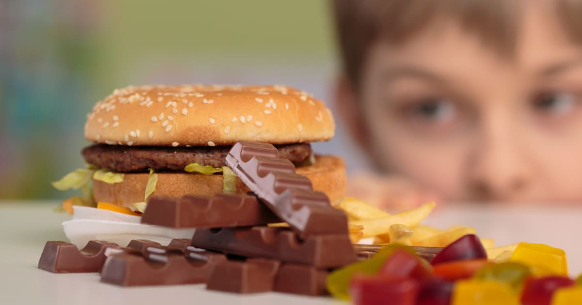 the two reasons why food advertisement should not be advertised to children A number of defenders of junk food advertising maintain current regulations are sufficient to ensure that the food advertised in children's television time and the way it is advertised does not contribute to obesity.