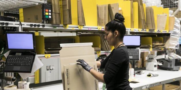 Una trabajadora de Amazon en el centro logístico de El Prat de Llobregat.