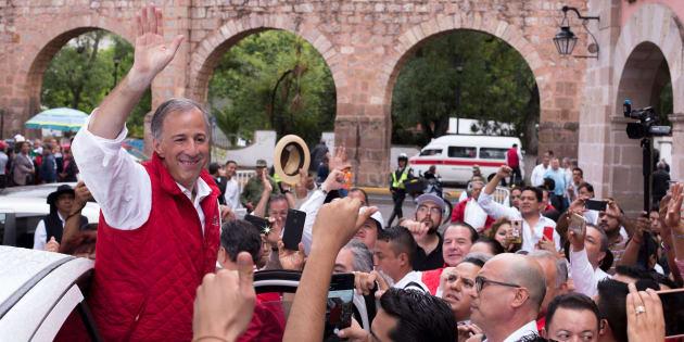 Meade saluda a las personas que asistieron a un evento que realizó en Morelia.
