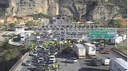 Gilet gialli bloccano Ventimiglia, il corteo sconfina in Italia. Km di coda alla