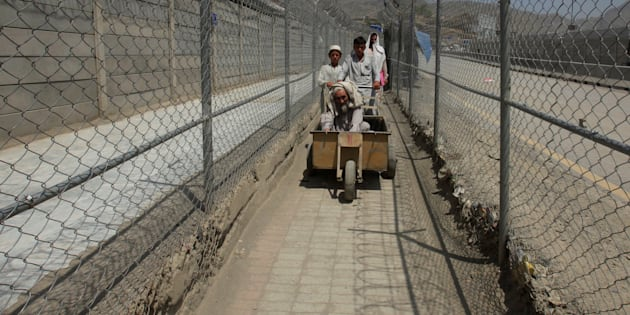 Pakistan opens border crossing for ailing Afghans to return