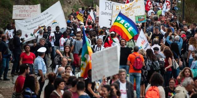 En Italie, des milliers de personnes réclament la libération du célèbre maire pro-migrants de Riace.