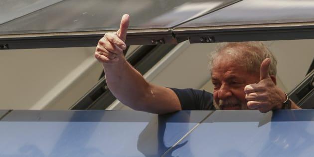 Au Brésil, Lula officiellement candidat à l'élection présidentielle depuis sa prison. (Illustration: Lula avant son incarcération, saluant ses partisans en avril 2018).