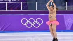 Danza sul ghiaccio con un gonnellino rosa e la scritta sul petto