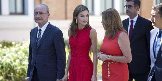 La reina Letizia departe con la presidenta Díaz, junto al alcalde de Málaga, Francisco de la Torre, y el delegado del Gobierno en Andalucía, Antonio Sanz, el pasado día 24.
