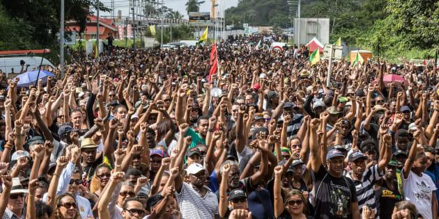 Des manifestants près du Centre spatial de Kourou en Guyane le 4 avril 2017.