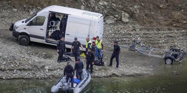 Los Mossos d'Esquadra, investigando en el pantano de Susqueda, donde se han localizado los cuerpos.