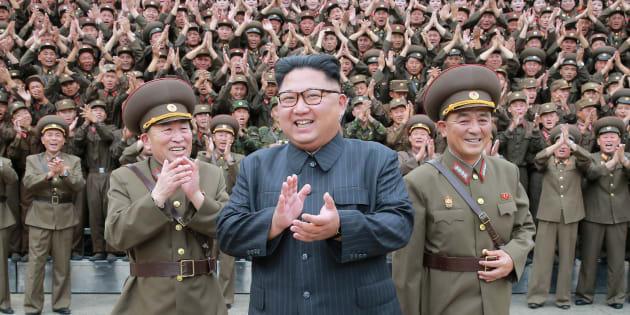 Donald Trump tente de clore le dossier nord-coréen (avec un tweet bien sûr) (Photo d'illustration diffusée par l'agence nord-coréenne le 15 août 2017 de Kim Jong Un avec des soldats, lieu et date inconnus, photo )