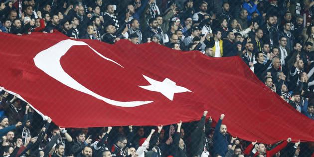 Le drapeau de la Turquie brandi au stade Vodagone Arena de Besiktas à Istanbul