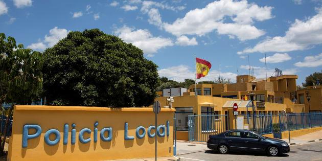 Vista exterior de la comisaría de la Policía Local de Estepona, a la que pertenecen los agentes arrestados.