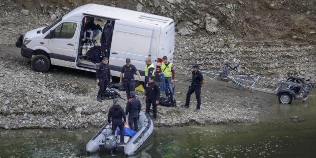 Los Mossos d'Esquadra, investigando en el embalse de Susqueda.