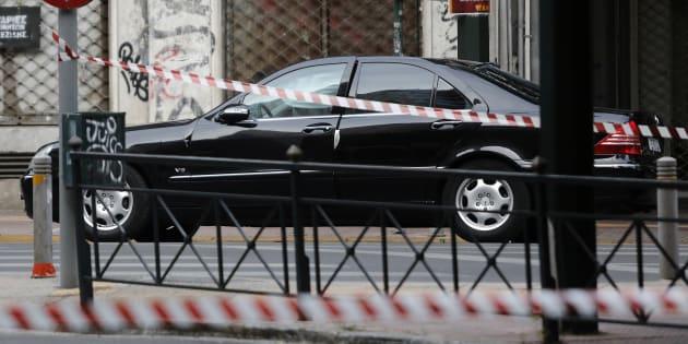 La voiture de Lucas Papademos après l'explosion à Athènes le 25 mai 2017.