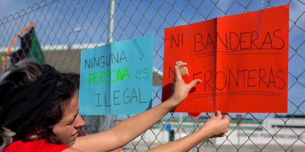 Medio centenar de personas protestaron el pasado domingo a las puertas de la cárcel de Archidona (Málaga) en la que se ha internado a más de quinientos inmigrantes.