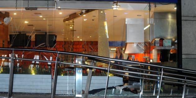Una mujer perdió la vida con dos impactos de arma de fuego en el cráneo y un hombre resultó lesionado, por lo que fue trasladado a un hospital cercano, al salir de una taquería ubicada en Paseo de las Palmas esquina con Monte Granpians en Lomas de Chapultepec.