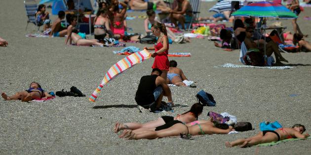 Pourquoi la lutte des Algériennes en bikini est également notre combat. (Photo d'illustration: une femme s'installe à la place à Malaga, en Espagne).
