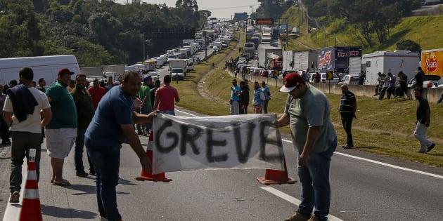 9º dia da greve dos caminhoneiros: Governo e Congresso discutem solução para compensar redução do preço do diesel prometida a grevistas.