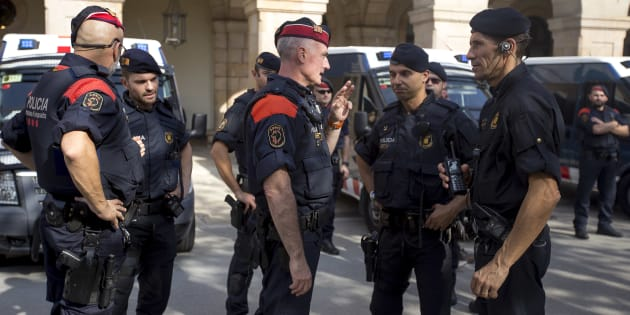 Miembros de los Mossos d'Esquadra y de la Policía Nacional en Cataluña.