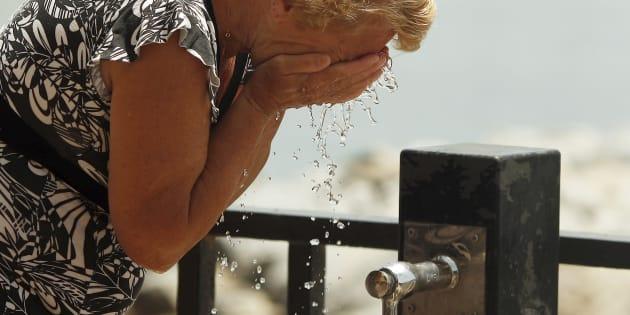 Una mujer se refresca en Marbella, Málaga, en una ola de calor de mayo de 2015.