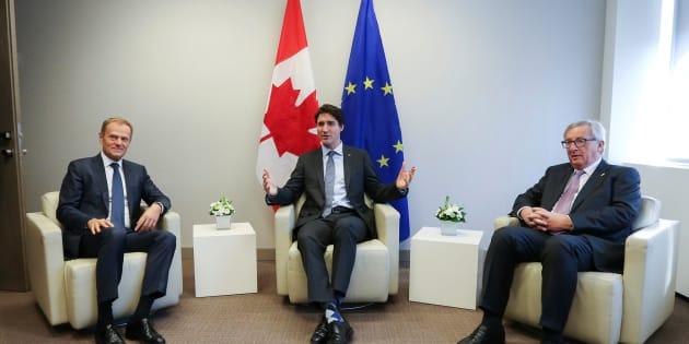 Donald Tusk (Gauche),  Justin Trudeau (Centre)  et Jean Claude Juncker (Droite) avant la signature du CETA