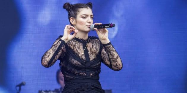 A neozelandesa Lorde volta ao Brasil após sua explosiva apresentação no Lollapalooza em 2014.