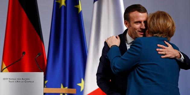 Le président français Emmanuel Macron et la chancelière allemande Angela Merkel ont signé ce mardi 22 janvier un traité à Aix-la-Chapelle jugé anticonstitutionnel par Marine Le Pen.