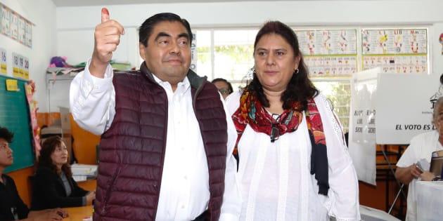 Miguel Barbosa Huerta, candidato a Gobernador por la Coalición Juntos Haremos Historia, emitió su voto acompañado de candidatos locales de la misma alianza.