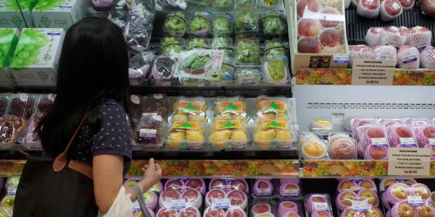 Une femme fait ses courses dans un supermarché japonais.