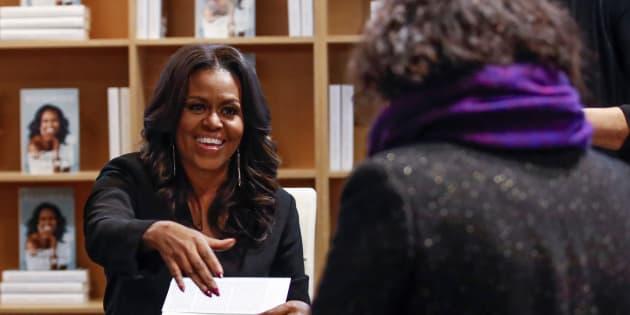 """Michelle Obama dédicace son livre """"Becoming"""" à Chicago le 13 novembre."""