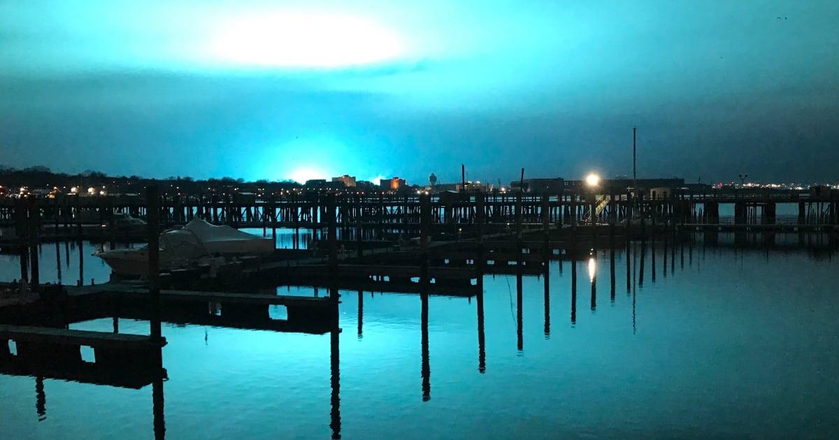 New York, un'enorme esplosione in una centrale elettrica illumina la notte di blu-verde