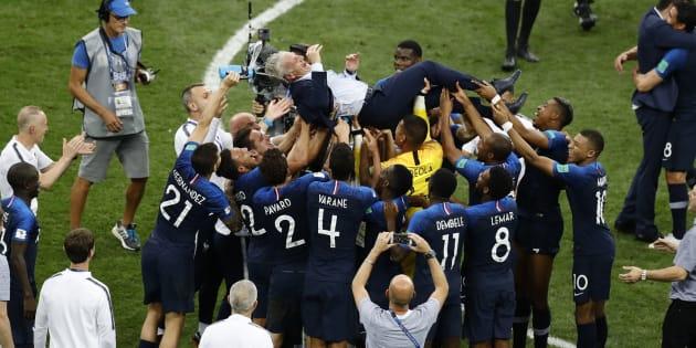 Jogadores da França se preparam para atirar o treinador para cima: Festa para Deschamps.