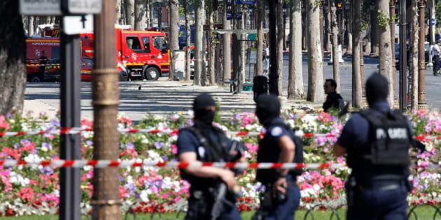 Des policiers sécurisant la zone de l'attentat raté sur les Champs-Elysées à Paris le 19 juin 2017.