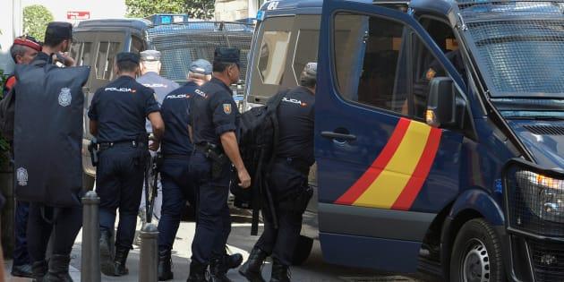 Agentes de la Policía Nacional desplegados en Cataluña por el 1-O, saliendo de su hotel en Reus.