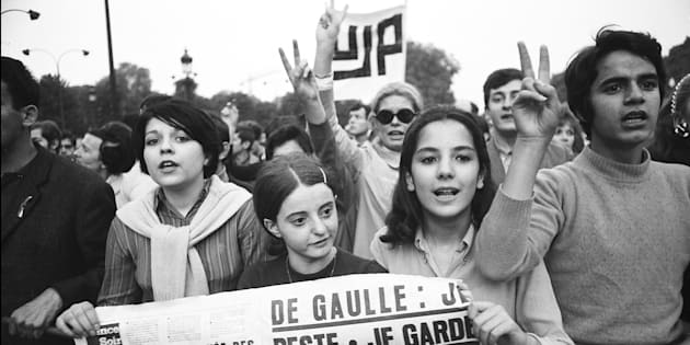 Jóvenes manifestándose en los Campos Elíseos en mayo del 68 (Photo by REPORTERS ASSOCIES/Gamma-Rapho via Getty Images)