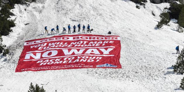 """Le mouvement d'extrême droite Génération Identitaire a organisé une opération """"Mission Alpes"""" pour interdire l'entrée des migrants au niveau du Col de l'Echelle, le 21 avril 2018 à Névache, près de Briançon, à la frontière franco-italienne."""