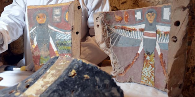 Un technicien en archéologie égyptien restaure des artéfacts trouvés dans la tombe «Kampp 161» récemment découverte près de Louxor.