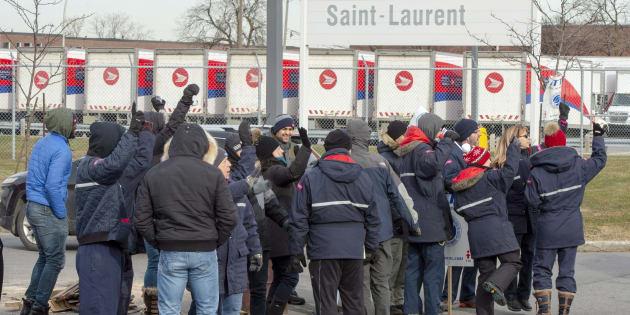 La semaine dernière, des syndiqués ont manifesté devant un bâtiment de Postes Canada à Saint-Laurent à Montréal.
