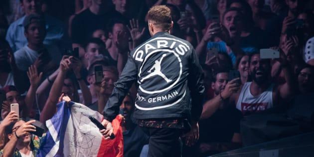 En concert à Paris, Justin Timberlake dévoile une veste de la nouvelle collaboration PSG x Air Jordan.