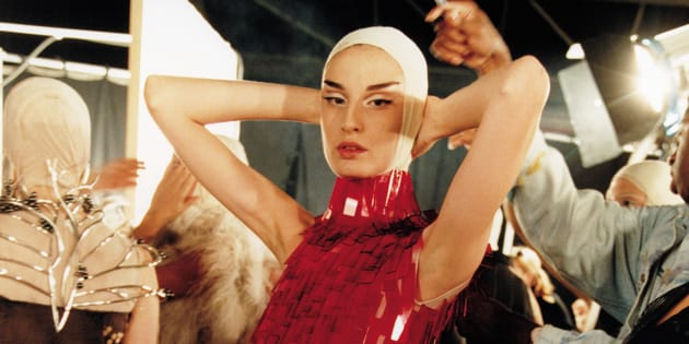 McQueen  ofrece una perspectiva íntima de la vida y carrera del diseñador  Alexander McQueen. a0724db0053f