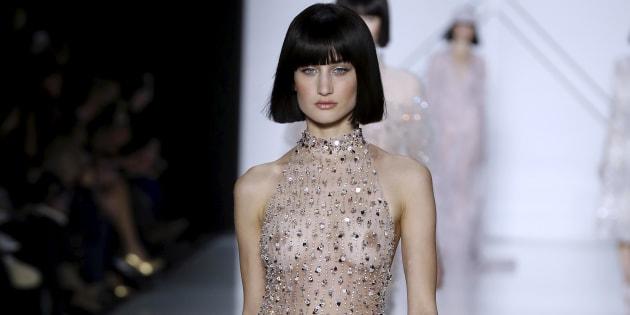 Un mannequin du défilé Ralph and Russo pendant la semaine de la haute couture printemps-été 2017, le 23 janvier à Paris.  / AFP PHOTO / FRANCOIS GUILLOT