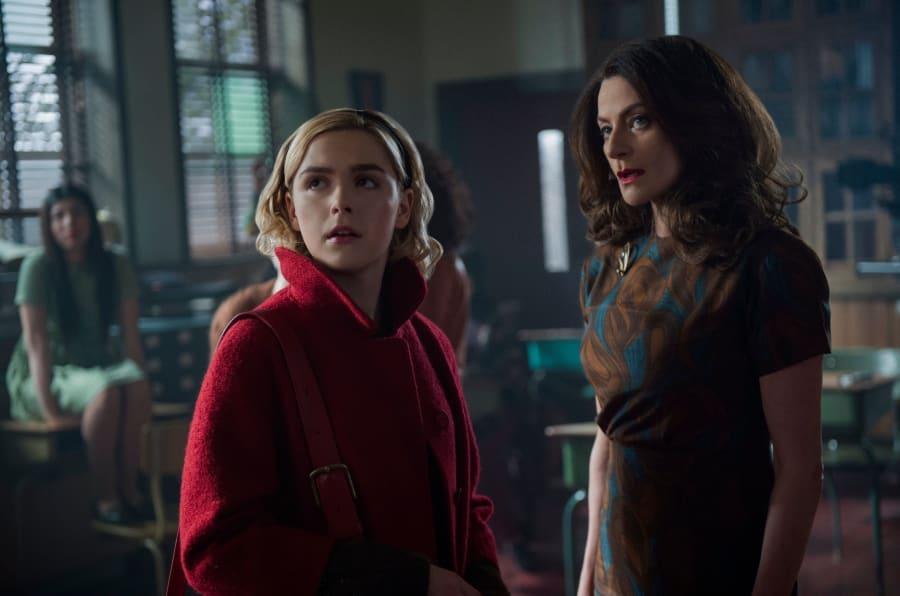 """Kiernan Shipka e Michelle Gomez em cena de """"O Mundo Sombrio de Sabrina"""", da Netflix."""