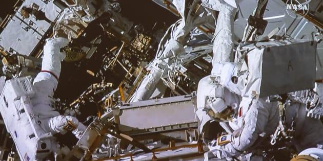 David Saint-Jacques, à droite, accompagné d'Anne McClain travaillant à l'extérieur de la Station spatiale internationale, le 8 avril dernier.